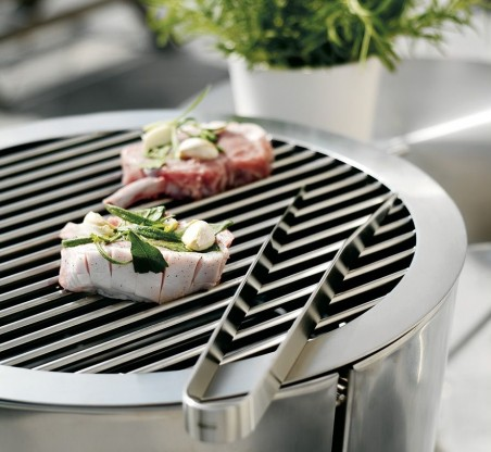 eva-solo-charcoal-grill-with-meat.jpg